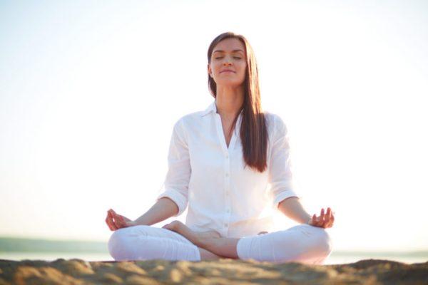 Làm một vài động tác yoga hoặc thiền trong vài phút, bạn sẽ quản lý cảm xúc tức giận và cảm thấy tốt hơn lên
