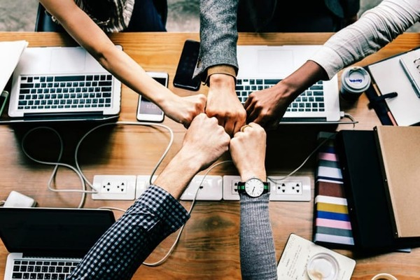 Biết cách ứng xử trong giao tiếp sẽ giúp đội nhóm của bạn đoàn kết và làm việc hiệu quả hơn