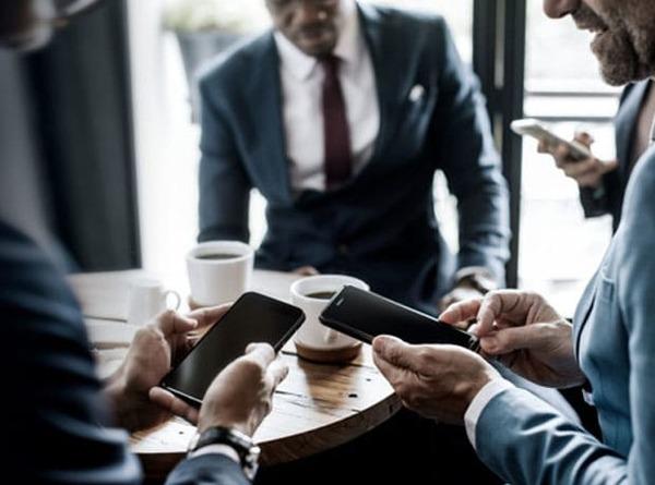 Tránh dùng điện thoại khi nói chuyện là một trong những nghệ thuật giao tiếp ứng xử