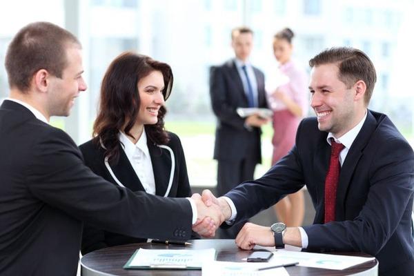 Cách giao tiếp với khách hàng lần đầu: tạo dựng thiện cảm và hướng đến xây dựng mối quan hệ