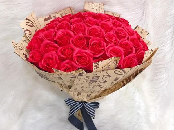 Cách ghen khôn ngoan - tự gửi hoa, quà và thiệp viết những lời ngọt ngào