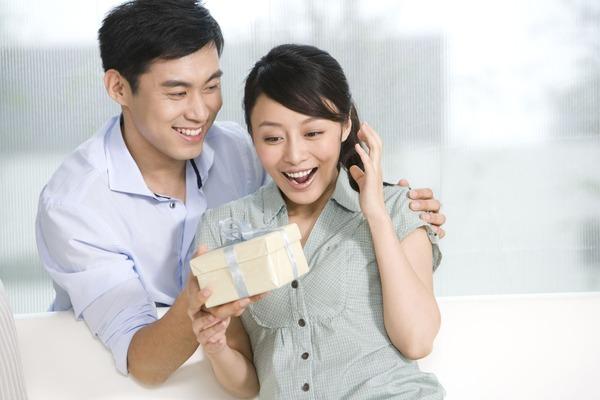 Cách giữ hạnh phúc vợ chồng – tạo tiếng cười