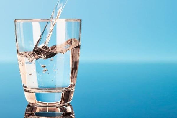 Uống nước, nghe nhạc, xem video mà bạn yêu thích,… cũng là cách tự tin khi thuyết trình mà bạn nên áp dụng